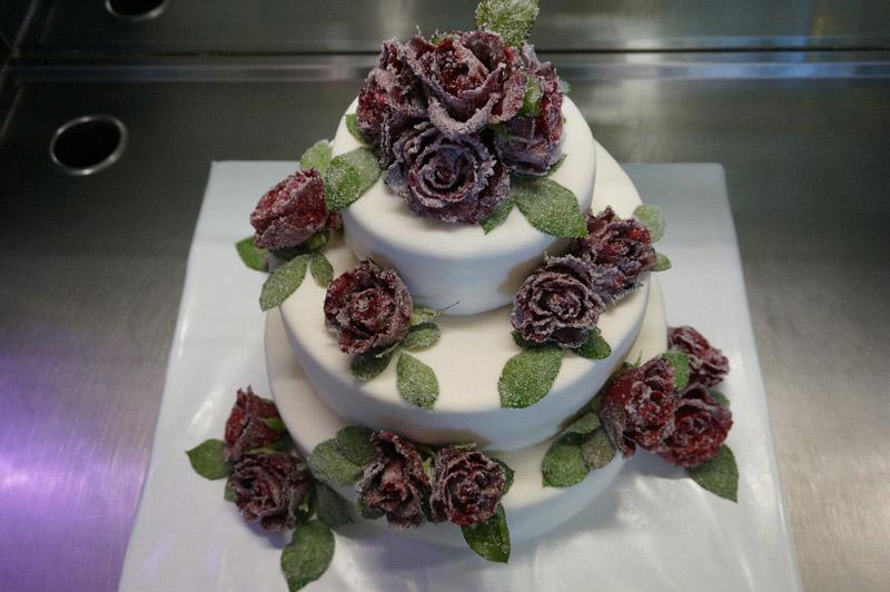 Hochzeitstorte-gezuckerte-Rosen